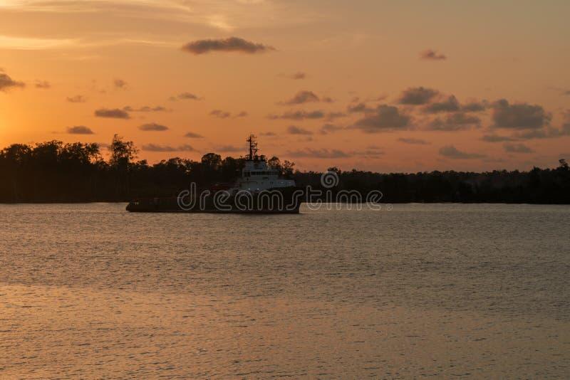 Nachtmening die van zeeschip in kanaal of rivier gaan stock fotografie