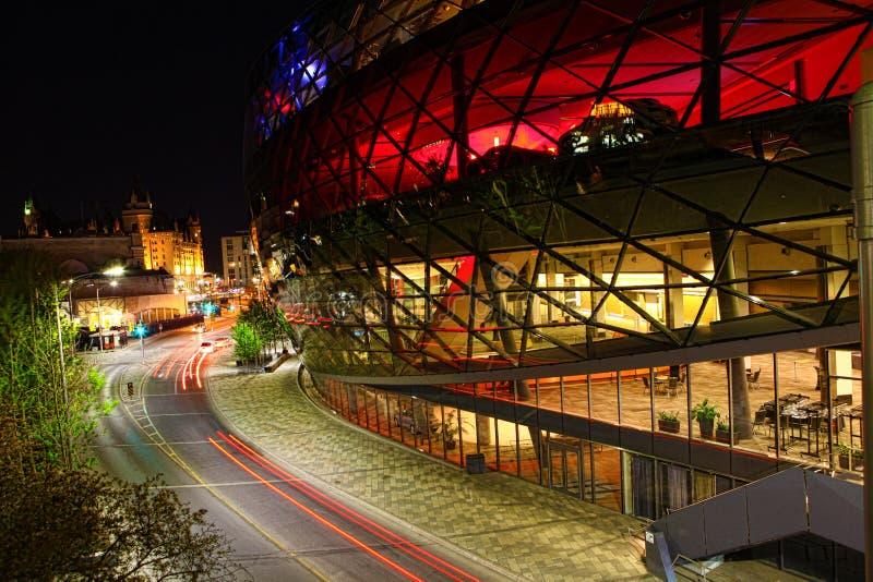 Nachtmening door het interessante Shaw-centrum in Ottawa, Canada stock afbeeldingen