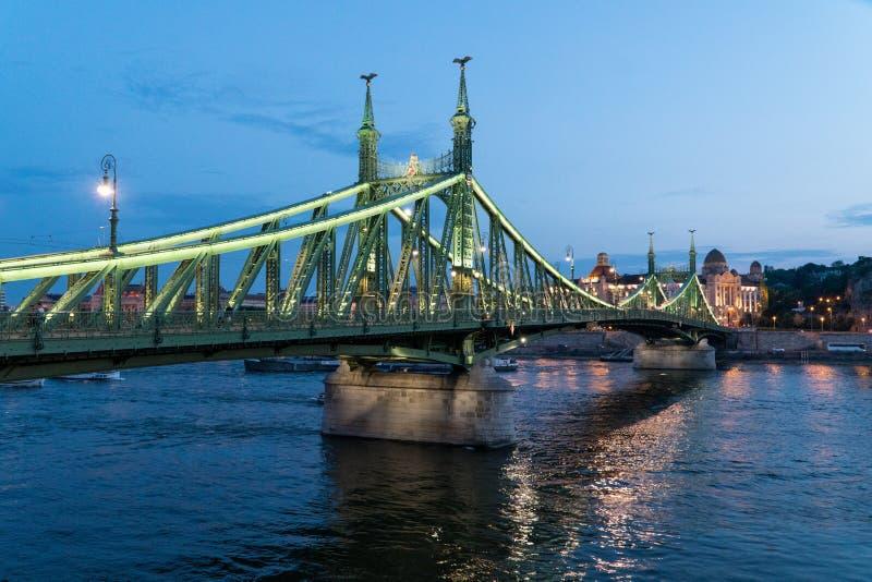 Nachtmening en vervoer op een Vrijheidsbrug in Boedapest, Hungar stock afbeelding