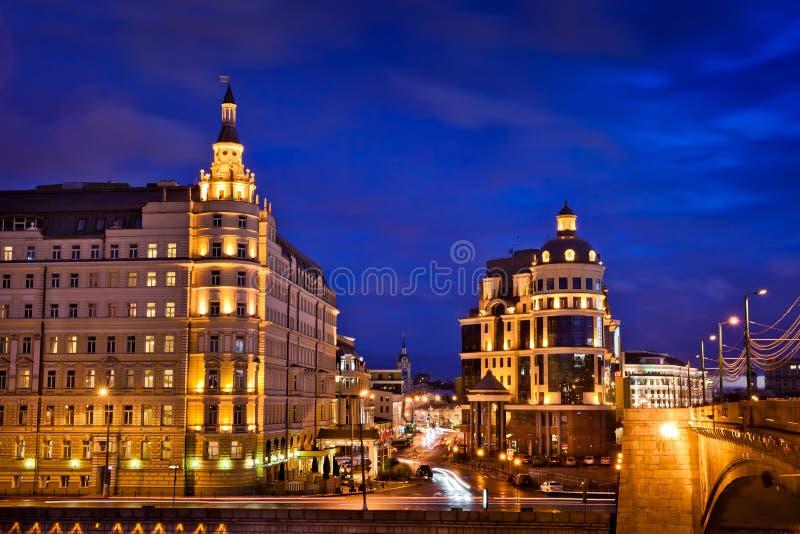 Nachtmening het hotel van van Baltschug (Balchug) Kempinski in Moskou stock foto's