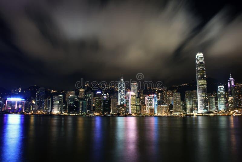 Nachtmening met bezinning van Victoria Harbour, Hong Kong royalty-vrije stock afbeeldingen
