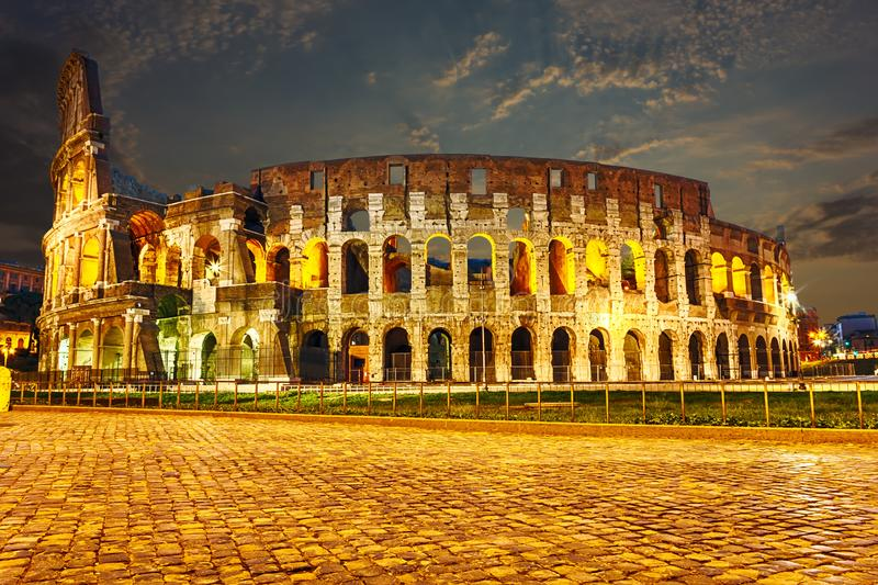 Nachtmening over Colosseum in Rome stock foto