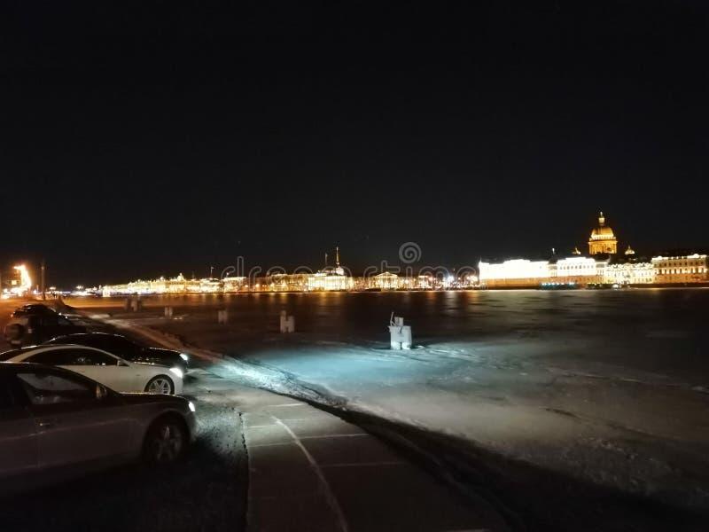 Nachtmening over de rivier stock fotografie