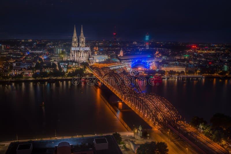 Nachtmening over de Stad van Keulen, Duitsland van bovengenoemd - historisch stadscentrum met de Koepelkathedraal van Keulen, stock foto's