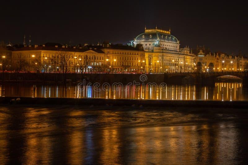 Nachtmening over het Nationale theater in Praag stock afbeelding
