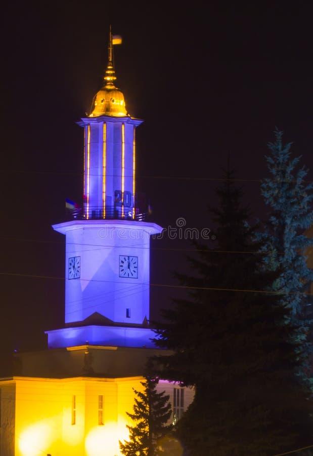 Nachtmening over Stadhuis van ivano-Frankivsk met Oekraïense patriottische lichten royalty-vrije stock fotografie