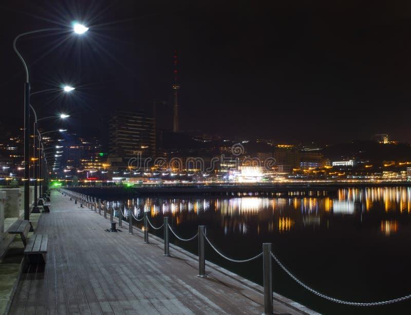 Nachtmening van Baku met de Vlamtorens en de Nationale Boulevard royalty-vrije stock foto