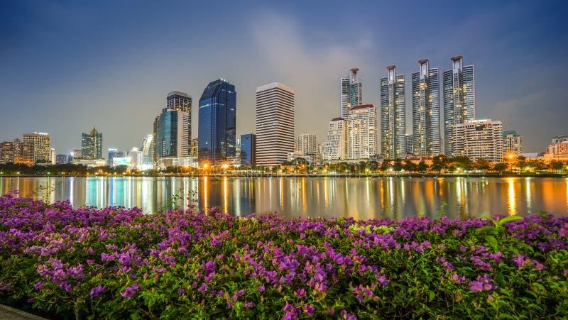 Nachtmening van benjakitipark Bangkok Thailand dichtbij het wolkenkrabber bedrijfsdistrict, de stad van Bangkok royalty-vrije stock fotografie