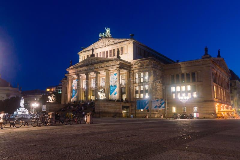 Nachtmening van Berlin Konzerthaus in Gendarmenmarkt stock afbeelding