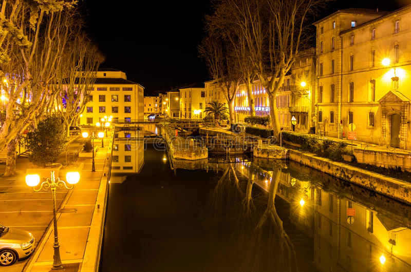 Nachtmening van Canal DE La Robine in Narbonne stock foto's