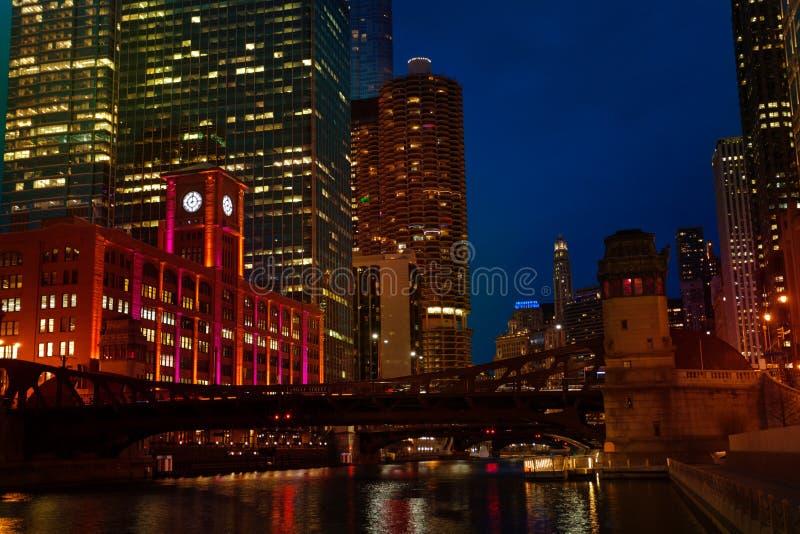 Nachtmening van van Chicago de rivier en van Marina City torens royalty-vrije stock afbeeldingen