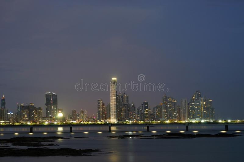 Nachtmening van Cinta Costera en moderne de Stadshorizon van Panama, Panama stock foto's