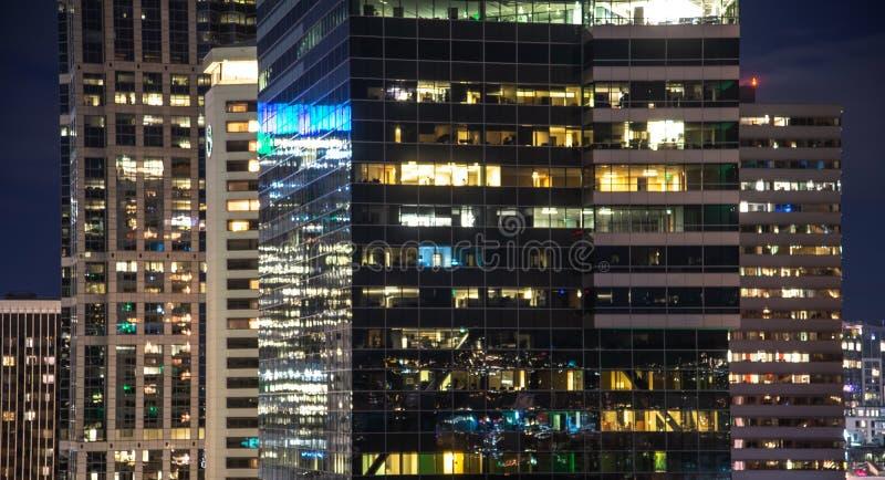 Nachtmening van de bureaubouw venster dichte omhooggaand royalty-vrije stock foto's