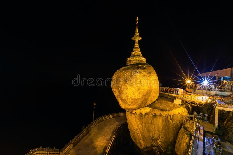 Nachtmening van de gouden pagode van rotskyaikhtiyo in monstaat, Myanmar Birma stock afbeeldingen
