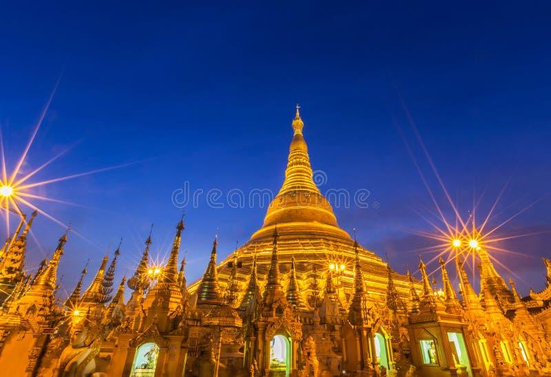 Nachtmening van de grote gouden pagode van Shwedagon in Rangoon, MyanmarBurma stock foto