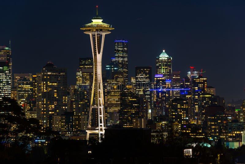 Nachtmening van de horizon van Seattle met de Ruimtenaald en andere iconische gebouwen op de achtergrond royalty-vrije stock foto