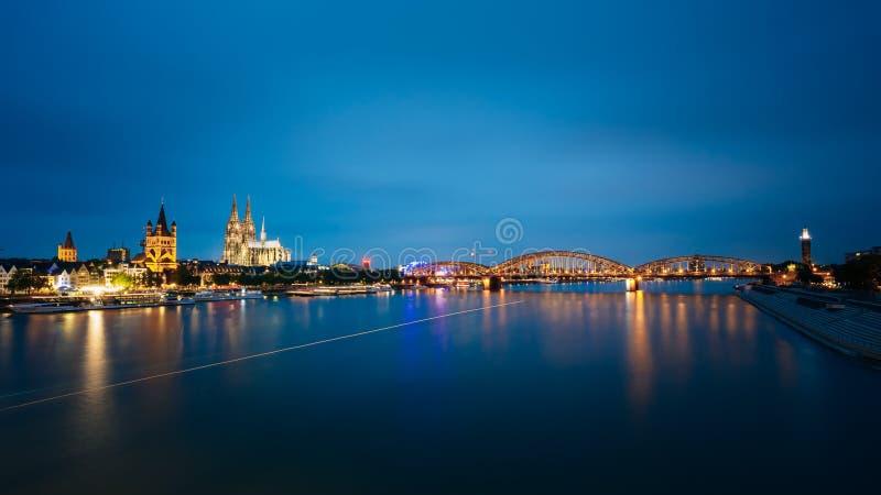 Nachtmening van de Kathedraal en Hohenzollern van Keulen royalty-vrije stock afbeeldingen