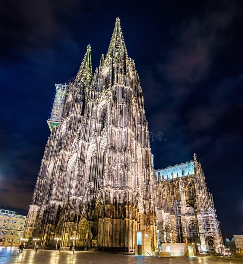 Nachtmening van de Kathedraal van Keulen - Duitsland stock afbeeldingen