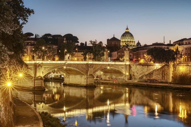 Nachtmening van de koepel van de Kathedraal van Heilige Peter, Rome, Italië royalty-vrije stock foto's
