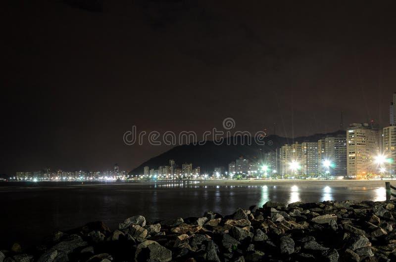 Nachtmening van de kustlijn van het strand van Santos stock afbeelding