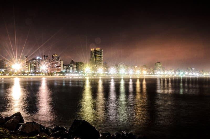 Nachtmening van de kustlijn van het strand van Santos, Brazilië royalty-vrije stock foto