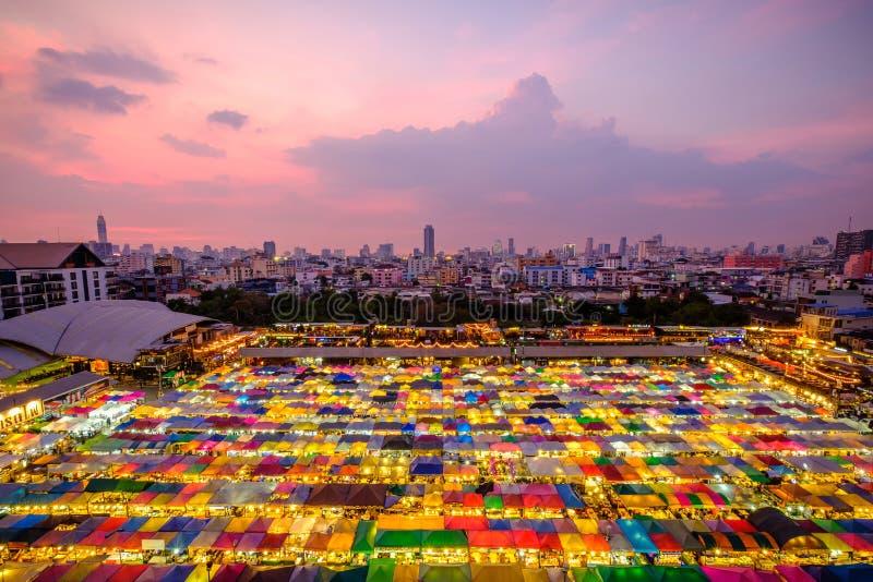 Nachtmening van de Markt Ratchada van de Treinnacht stock afbeelding