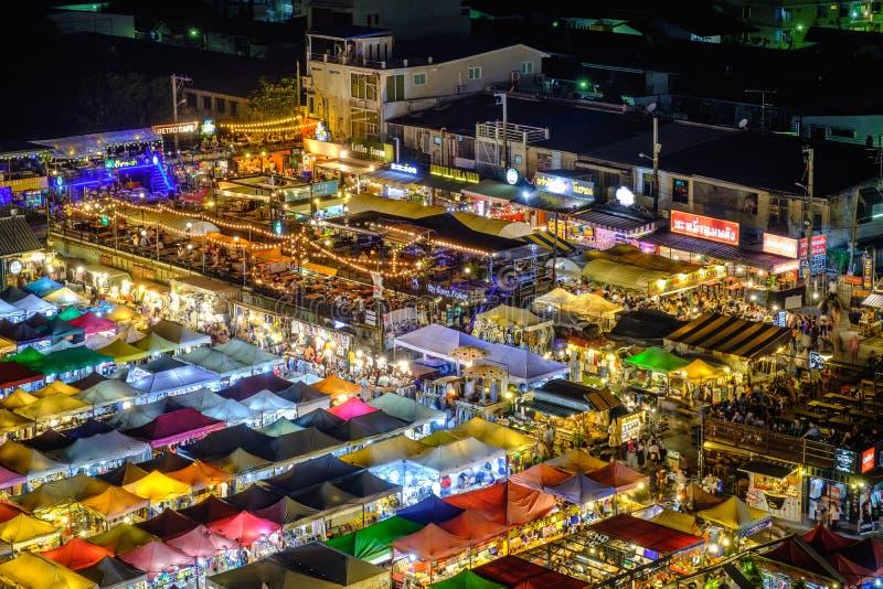 Nachtmening van de Markt Ratchada van de Treinnacht stock fotografie