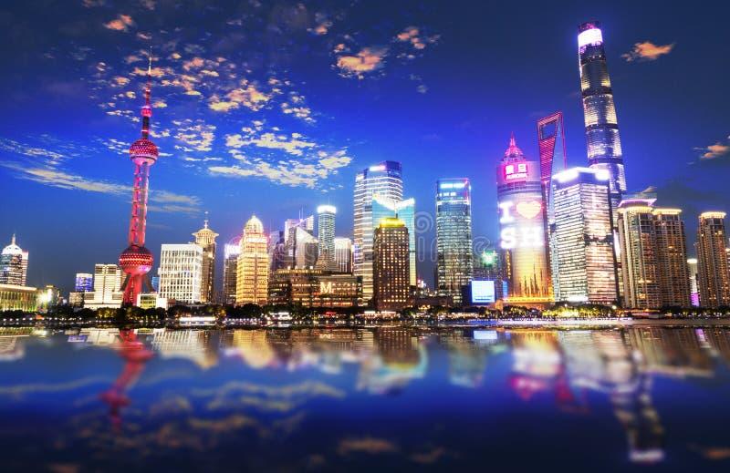 Nachtmening van de moderne Pudong-horizon over de Dijk in Shanghai, China Shanghai is de grootste Chinese stad royalty-vrije stock foto's