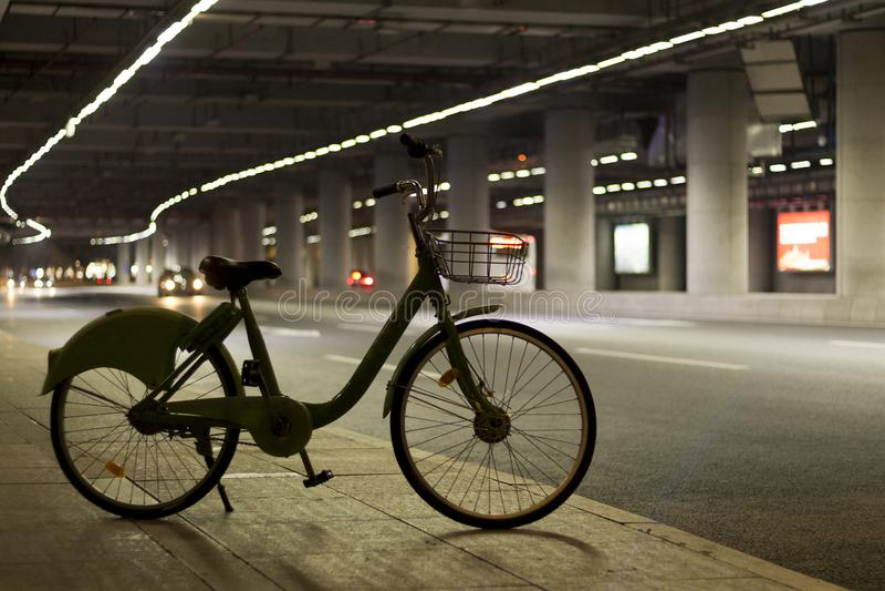 Nachtmening van de moderne straat Hoge snelheidsweg royalty-vrije stock foto's