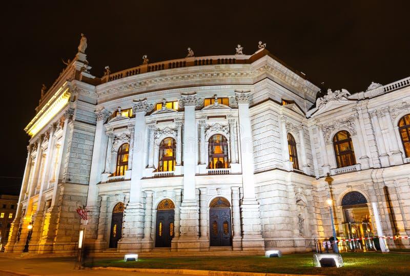 Nachtmening van de Operahuis van de Staat van Wenen stock foto