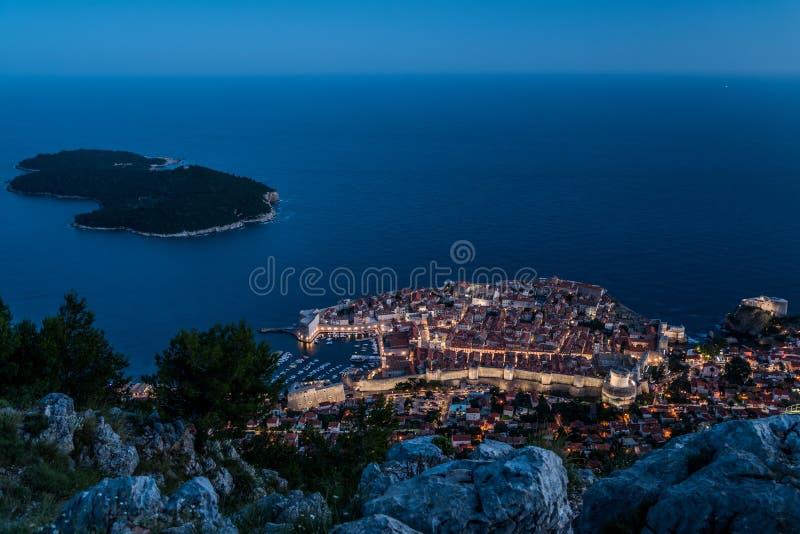 Nachtmening van de oud stad van Dubrovnik en Lokrum-eiland, Kroatië stock afbeeldingen