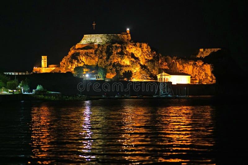Nachtmening van de oude die vesting van de baai van Garitsa in Korfu wordt gezien stock fotografie