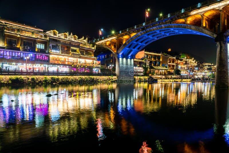 Nachtmening van de oude stad van Fenghuang bij nacht royalty-vrije stock foto
