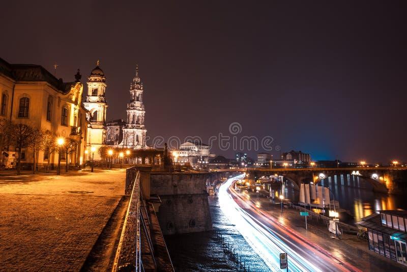 Nachtmening van de Oude Stadsarchitectuur met Elbe rivier embankme stock afbeeldingen