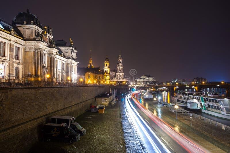 Nachtmening van de Oude Stadsarchitectuur met Elbe rivier embankme royalty-vrije stock afbeeldingen