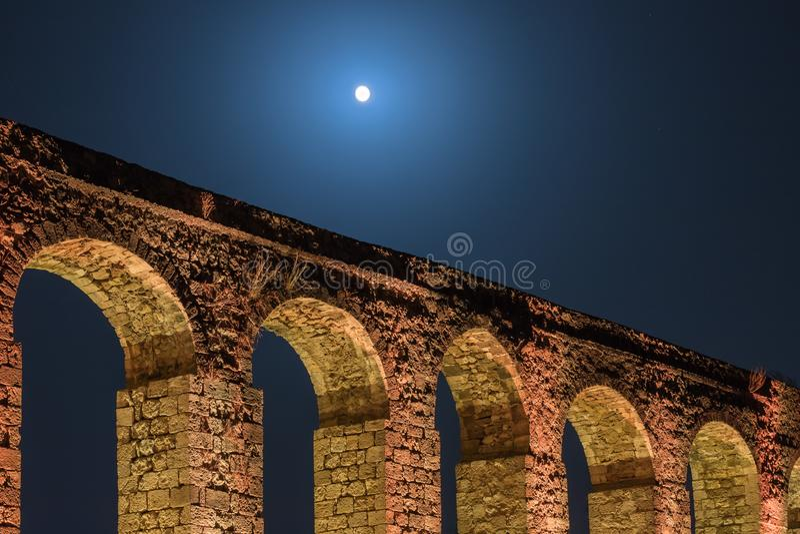 Nachtmening van de overblijfselen van een oud die Roman aquaduct tussen Acre en Nahariya in Israël wordt gevestigd stock afbeelding