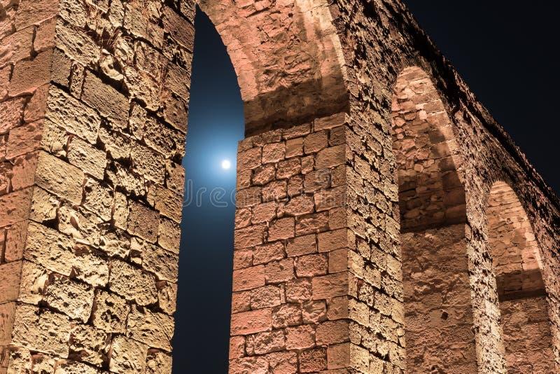 Nachtmening van de overblijfselen van een oud die Roman aquaduct tussen Acre en Nahariya in Israël wordt gevestigd stock foto