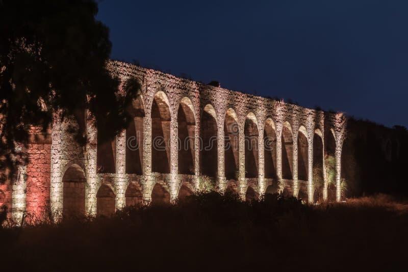 Nachtmening van de overblijfselen van een oud die Roman aquaduct tussen Acre en Nahariya in Israël wordt gevestigd royalty-vrije stock afbeeldingen