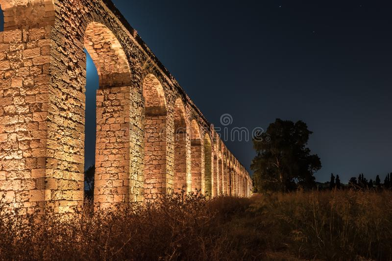Nachtmening van de overblijfselen van een oud Roman aquaduct dat tussen Acre en Nahariya in Israël wordt gevestigd stock foto's