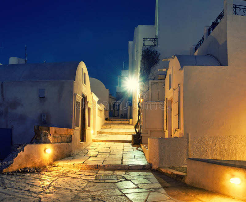 Nachtmening van de promenade in Oia dorp na de regen Europ stock fotografie
