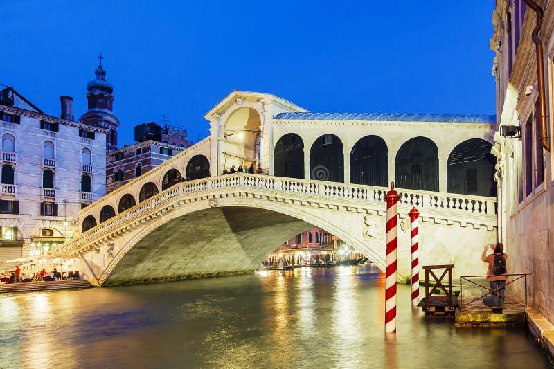 Nachtmening van de Rialto-Brug in Venetië royalty-vrije stock foto