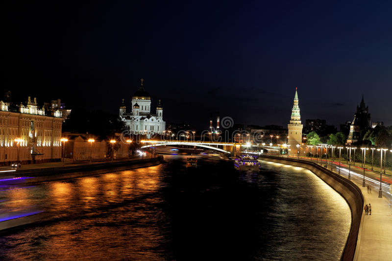 Nachtmening van de rivier van Moskou en Kathedraal van Jesus Christ de Verlosser, Moskou, Rusland stock afbeelding
