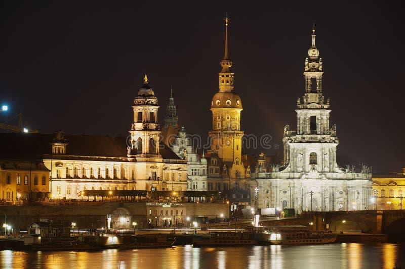Nachtmening van de stad met koninklijke paleisgebouwen en bezinningen in de Elbe rivier in Dresden, Duitsland stock fotografie