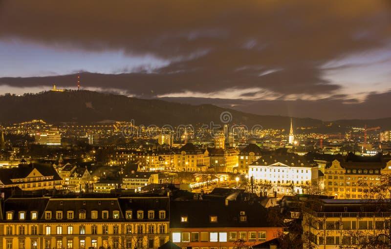 Nachtmening van de stadscentrum van Zürich - Zwitserland royalty-vrije stock afbeeldingen