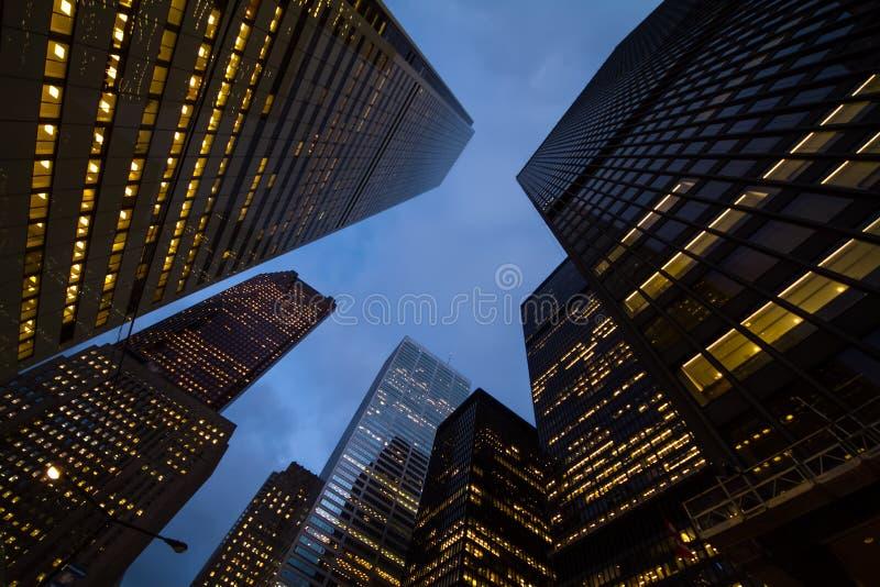 Nachtmening van de stadswolkenkrabbers van Toronto; kijk omhoog royalty-vrije stock afbeeldingen