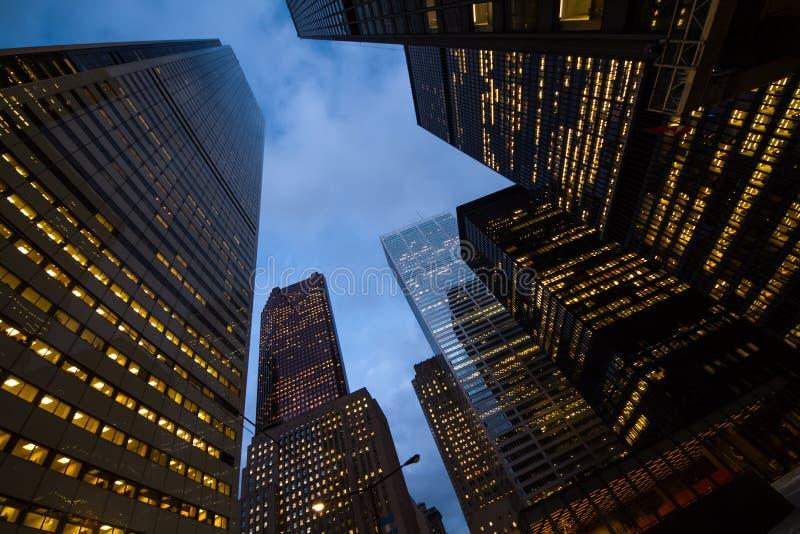 Nachtmening van de stadswolkenkrabbers van Toronto; kijk omhoog royalty-vrije stock foto's
