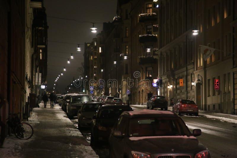 Nachtmening van de straat in Stockholm op een geparkeerde auto stock foto's