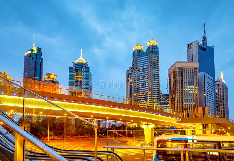 Nachtmening van de wolkenkrabbers van Shanghai stock foto