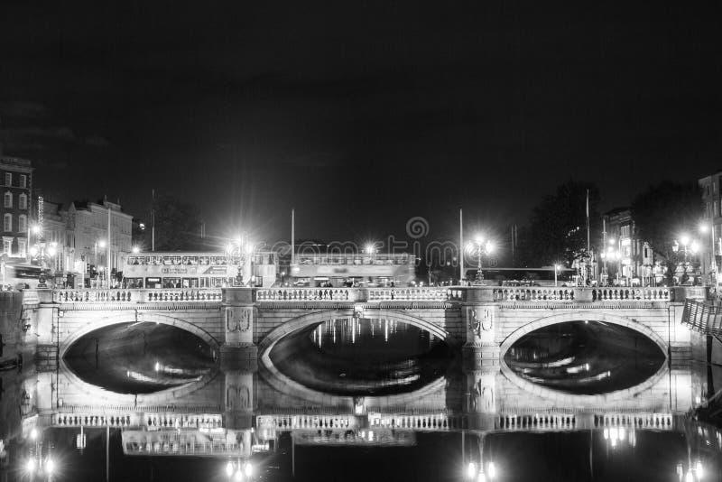 Nachtmening van Dublin, Ierland met waterbezinningen royalty-vrije stock afbeelding
