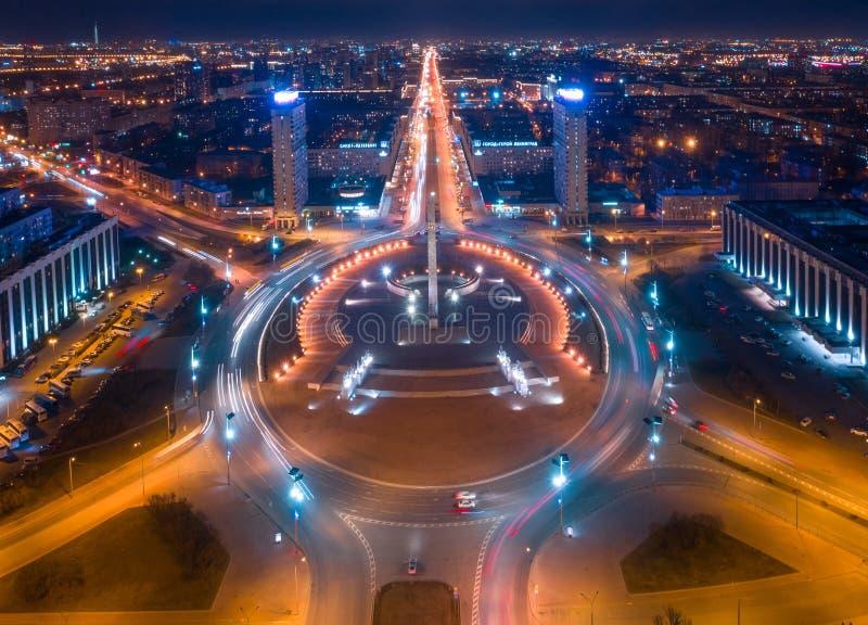 Nachtmening van een hoogte van de Verdediger van het monumentenensemble van Leningrad van het Overwinningsvierkant in Rusland, he royalty-vrije stock fotografie
